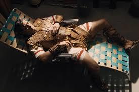 ภาพที่ผิดกฎหมายเป็นการส่วนตัวมีเสน่ห์กับคอลัมนิสต์ซุบซิบที่น่ารังเกียจสองคน (รับบทโดย Tilda Swinton ในชุดหมวก Hedda Hopper) ดูแล กลุ่มความคิดทางศาสนาที่ถกเถียงกันซึ่งตรวจสอบมหากาพย์